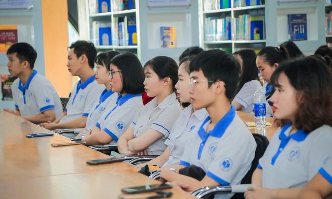 Sinh viên bức xúc vì trường đại học quy định mặc đồng phục cả tuần, cấm cạo đầu - ảnh 1