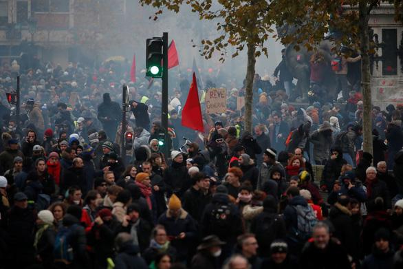 Toàn nước Pháp đình công rầm rộ: Mạng lưới giao thông tê liệt, trường học đóng cửa - ảnh 1