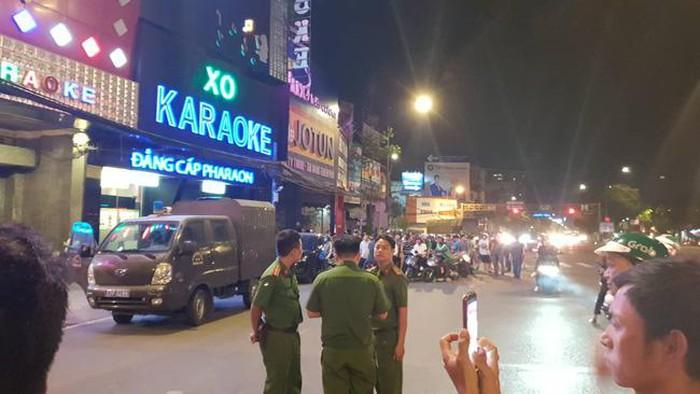 Hàng chục công an phong tỏa, khám xét quán karaoke của đại gia Phúc XO lúc nửa đêm - Ảnh 2
