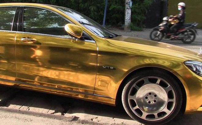 """Chiếc ô tô """"mạ vàng"""" được Phúc XO thuê gần 1 triệu đồng/ngày để di chuyển - Ảnh 1"""
