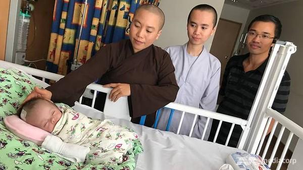 Bé sơ sinh ở Lân Đồng bị treo 4 ngày trên cây và hành trình hồi phục kì diệu tại Singapore - Ảnh 1