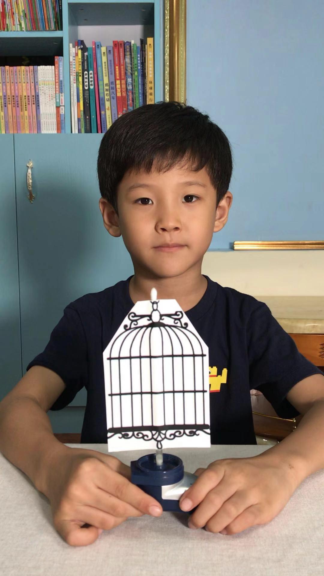 """Choáng với """"gia tài"""" hơn 100 video thí nghiệm của bé trai 7 tuổi - ảnh 1"""