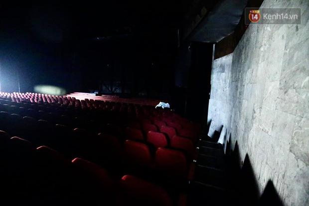 Hiện trường tan hoang phần sân khấu bị cháy tại Cung văn hóa hữu nghị Việt - Xô - ảnh 1