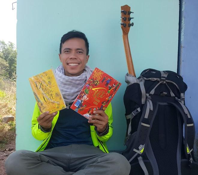 Thầy giáo một mình đi bộ 400km từ TP.HCM về quê ăn Tết chỉ với 100.000 đồng trong ví - ảnh 1