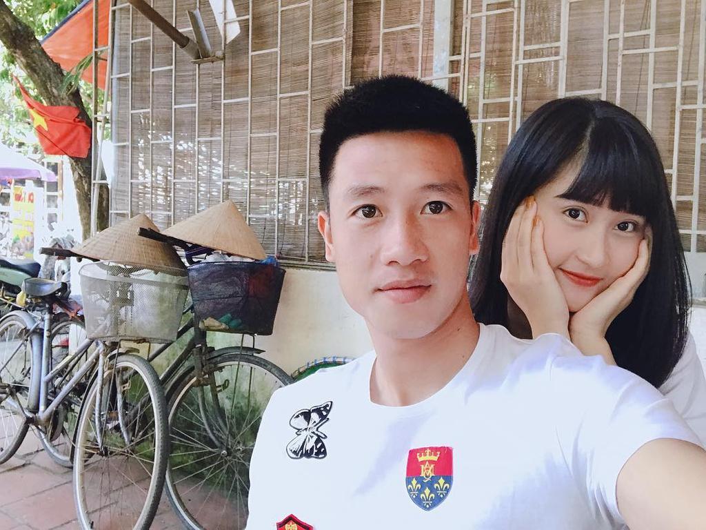 Ngôi sao đội tuyển Việt Nam chấn thương bàn chân vẫn vượt 30km về ăn tối cùng bạn gái - ảnh 1