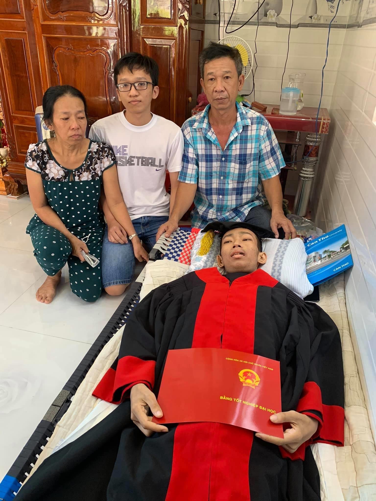 Nhói lòng cảnh nam sinh ung thư máu qua đời chỉ sau một ngày nhận bằng tốt nghiệp - ảnh 1