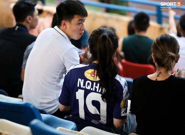 Huỳnh Anh bất ngờ đặt ảnh ôm eo Quang Hải làm avatar nhưng động thái ở phút thứ 20 mới gây chú ý - ảnh 1