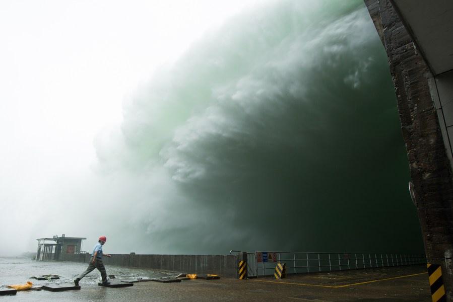 """""""Cá bay đầy trời"""" khi đập thuỷ điện Trung Quốc lần đầu mở đập tràn xả lũ sau 9 năm - ảnh 1"""
