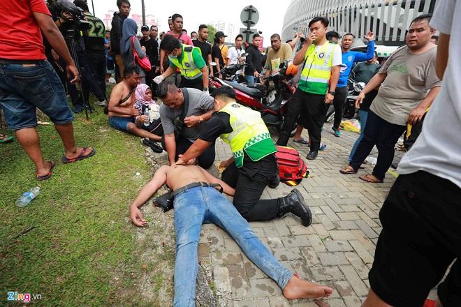 Cận cảnh CĐV Malaysia giẫm đạp nhau để tranh mua tấm vé chung kết AFF Cup 2018  - Ảnh 5