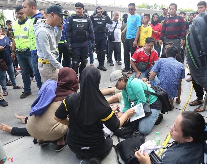 Cận cảnh CĐV Malaysia giẫm đạp nhau để tranh mua tấm vé chung kết AFF Cup 2018  - Ảnh 6