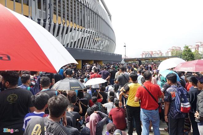Cận cảnh CĐV Malaysia giẫm đạp nhau để tranh mua tấm vé chung kết AFF Cup 2018  - Ảnh 8