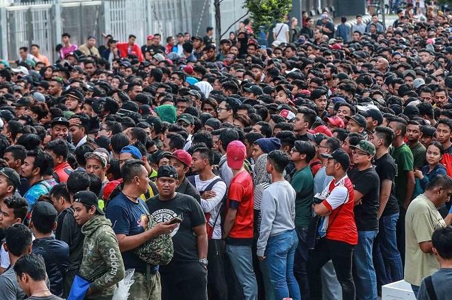 Cận cảnh CĐV Malaysia giẫm đạp nhau để tranh mua tấm vé chung kết AFF Cup 2018  - Ảnh 9