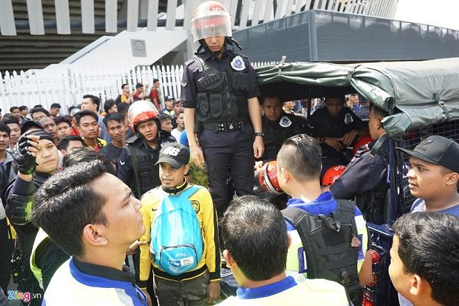 Cận cảnh CĐV Malaysia giẫm đạp nhau để tranh mua tấm vé chung kết AFF Cup 2018  - Ảnh 10