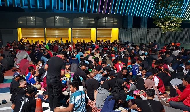 Cận cảnh CĐV Malaysia giẫm đạp nhau để tranh mua tấm vé chung kết AFF Cup 2018  - Ảnh 11