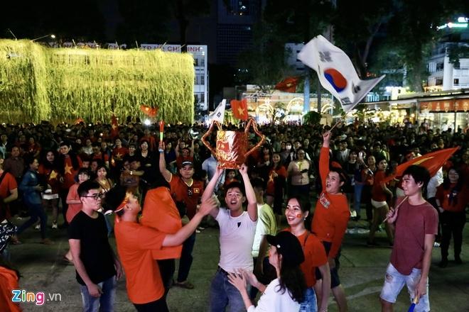 Cờ đỏ rợp trời, hàng nghìn CĐV xuống đường ăn mừng chiến thắng của đội tuyển U22 Việt Nam  - ảnh 1