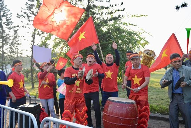 Hàng nghìn CĐV tràn ra đường, tiến về sân bay Nội Bài đón U22 Việt Nam - ảnh 1