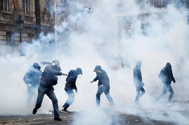 800.000 người biểu tình đổ ra đường phản đối kế hoạch cải cách lương hưu khiến nước Pháp tê liệt - ảnh 1