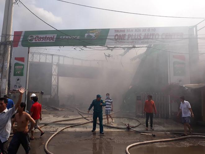 Hiện trường tan hoang vụ cháy garage ô tô thiệt hại hàng tỷ đồng ở TP. Hồ Chí Minh - Ảnh 1