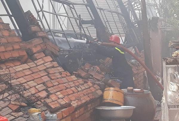 Hiện trường tan hoang vụ cháy garage ô tô thiệt hại hàng tỷ đồng ở TP. Hồ Chí Minh - Ảnh 4