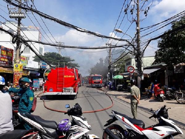 Hiện trường tan hoang vụ cháy garage ô tô thiệt hại hàng tỷ đồng ở TP. Hồ Chí Minh - Ảnh 5