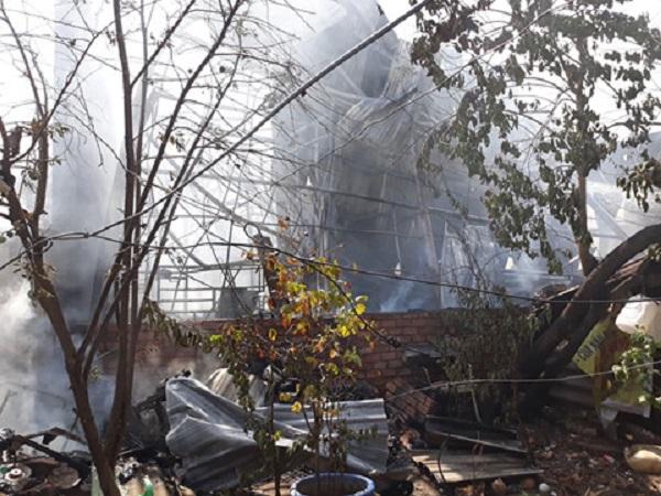 Hiện trường tan hoang vụ cháy garage ô tô thiệt hại hàng tỷ đồng ở TP. Hồ Chí Minh - Ảnh 6