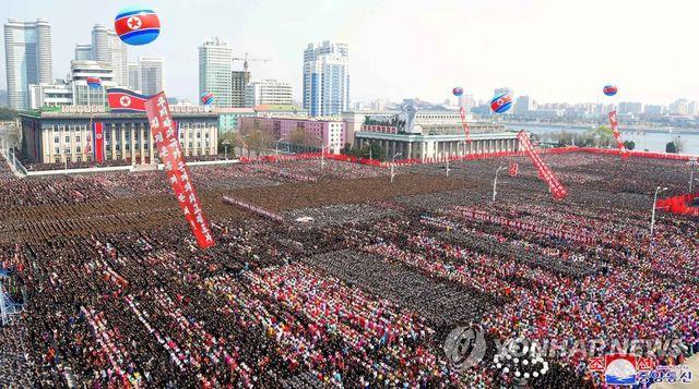 Hàng nghìn người Triều Tiên tuần hành chúc mừng Chủ tịch Kim Jong-un tái đắc cử - Ảnh 2
