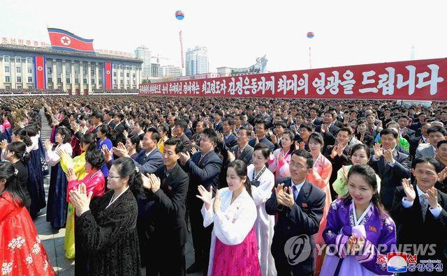 Hàng nghìn người Triều Tiên tuần hành chúc mừng Chủ tịch Kim Jong-un tái đắc cử - Ảnh 3