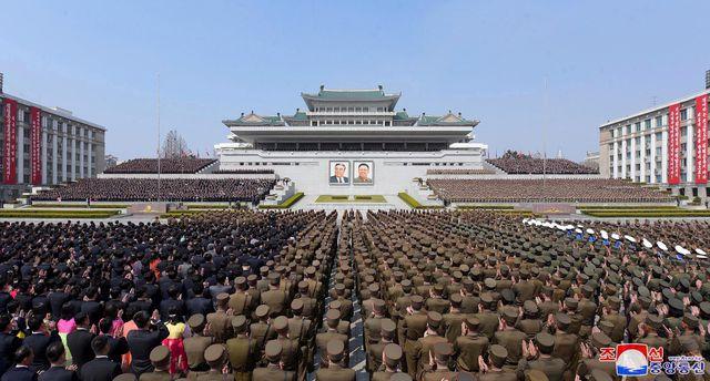 Hàng nghìn người Triều Tiên tuần hành chúc mừng Chủ tịch Kim Jong-un tái đắc cử - Ảnh 4