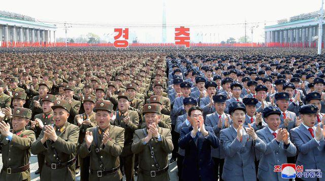 Hàng nghìn người Triều Tiên tuần hành chúc mừng Chủ tịch Kim Jong-un tái đắc cử - Ảnh 5