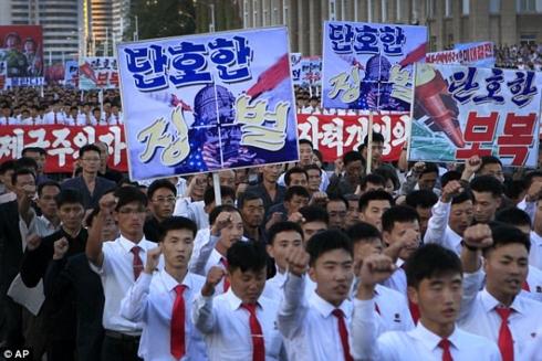 Hàng nghìn người Triều Tiên tuần hành chúc mừng Chủ tịch Kim Jong-un tái đắc cử - Ảnh 1