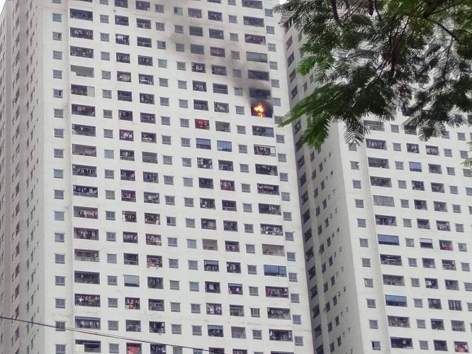 Cháy tại chung cư HH Linh Đàm: Khói đen nghi ngút, người dân hoảng loạn bỏ chạy - Ảnh 1