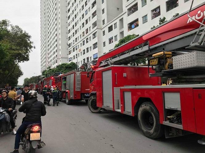 Cháy tại chung cư HH Linh Đàm: Khói đen nghi ngút, người dân hoảng loạn bỏ chạy - Ảnh 4