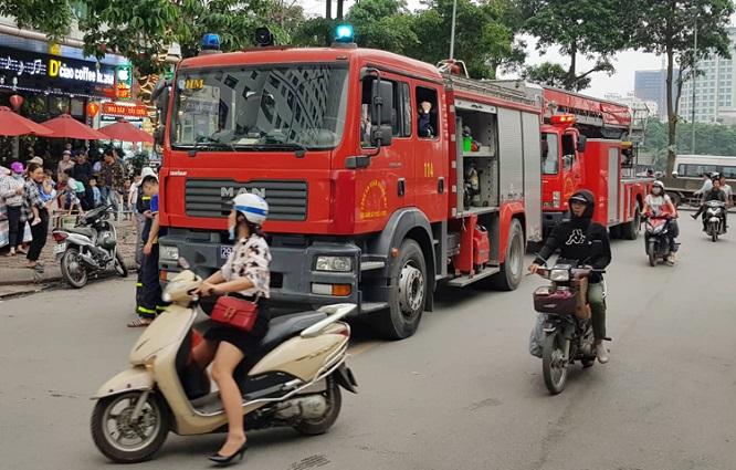 Cháy tại chung cư HH Linh Đàm: Khói đen nghi ngút, người dân hoảng loạn bỏ chạy - Ảnh 5