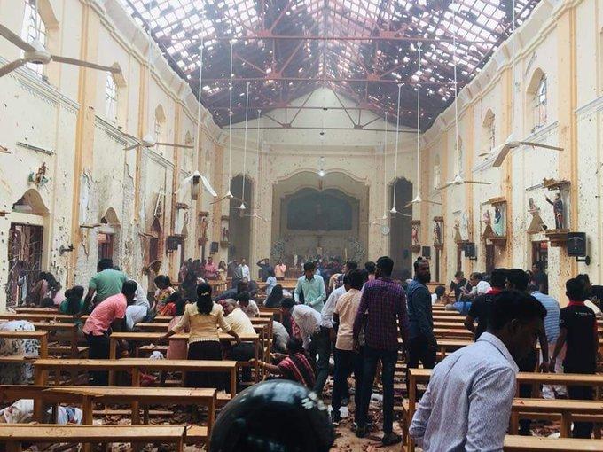 6 vụ nổ liên tiếp xé toạc bình yên tại Sri Lanka: Hiện trường tang thương đầy máu và nước mắt - Ảnh 1