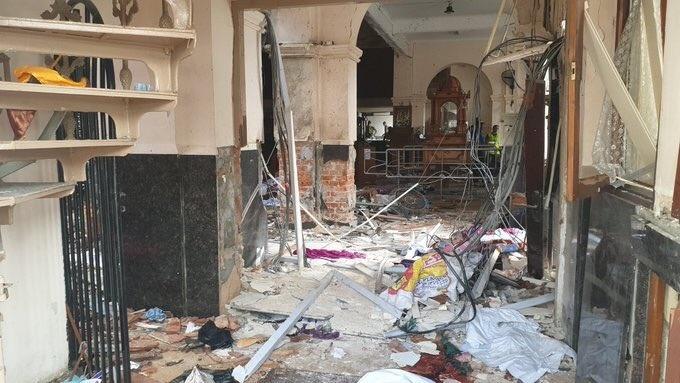 6 vụ nổ liên tiếp xé toạc bình yên tại Sri Lanka: Hiện trường tang thương đầy máu và nước mắt - Ảnh 2