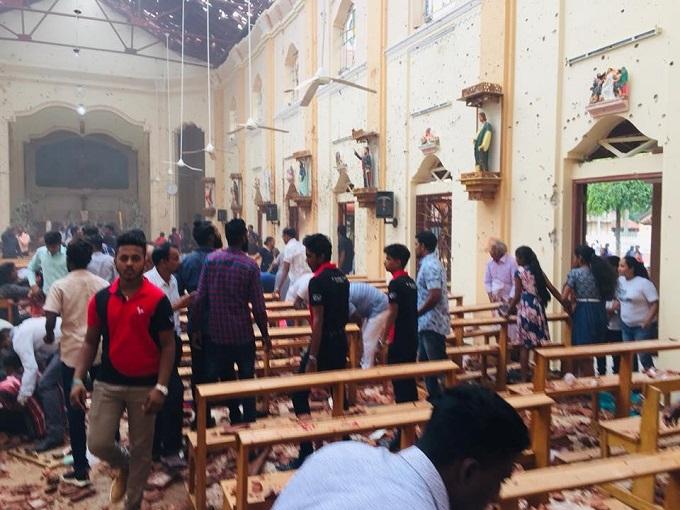 6 vụ nổ liên tiếp xé toạc bình yên tại Sri Lanka: Hiện trường tang thương đầy máu và nước mắt - Ảnh 3