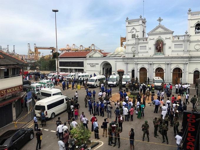 6 vụ nổ liên tiếp xé toạc bình yên tại Sri Lanka: Hiện trường tang thương đầy máu và nước mắt - Ảnh 12
