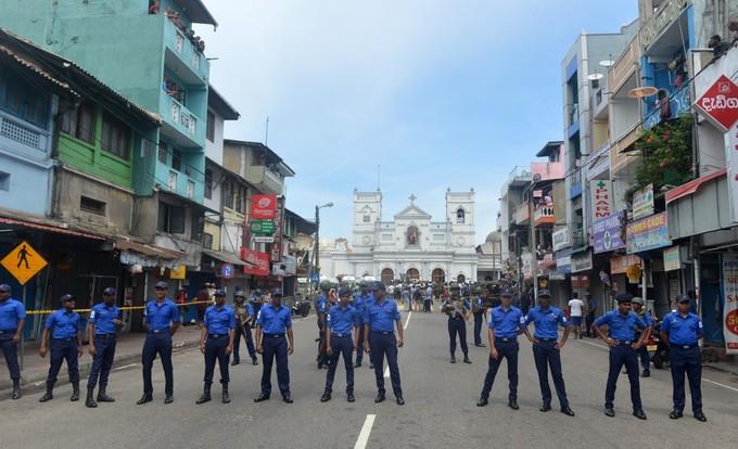 6 vụ nổ liên tiếp xé toạc bình yên tại Sri Lanka: Hiện trường tang thương đầy máu và nước mắt - Ảnh 7