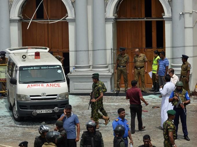 6 vụ nổ liên tiếp xé toạc bình yên tại Sri Lanka: Hiện trường tang thương đầy máu và nước mắt - Ảnh 8