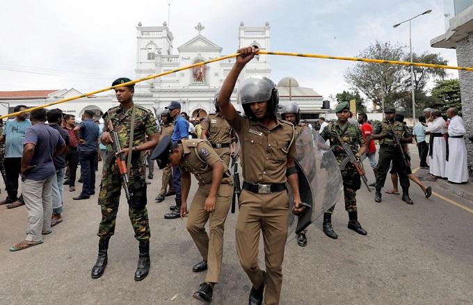 6 vụ nổ liên tiếp xé toạc bình yên tại Sri Lanka: Hiện trường tang thương đầy máu và nước mắt - Ảnh 9
