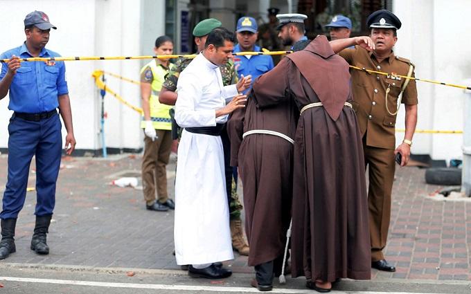 6 vụ nổ liên tiếp xé toạc bình yên tại Sri Lanka: Hiện trường tang thương đầy máu và nước mắt - Ảnh 11