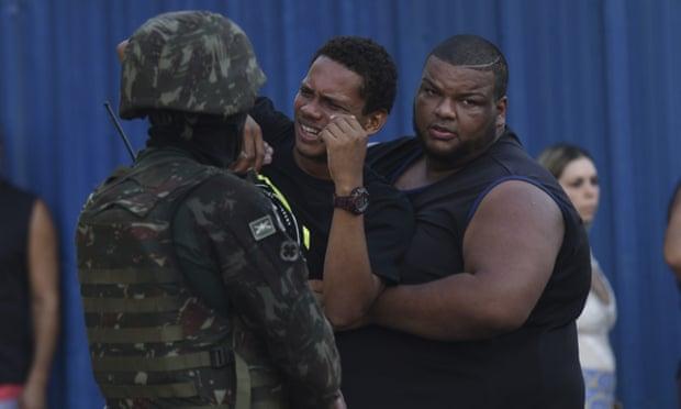 Nhầm mục tiêu, Binh sĩ Brazil bắn 80 viên đạn vào xe chở gia đình 5 người - Ảnh 2