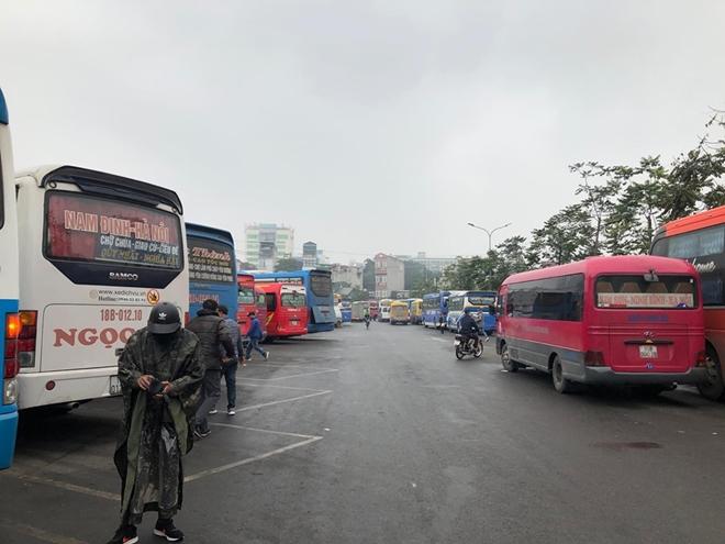 Khung cảnh vắng vẻ lạ thường tại các bến xe khách Hà Nội những ngày giáp Tết  - ảnh 1