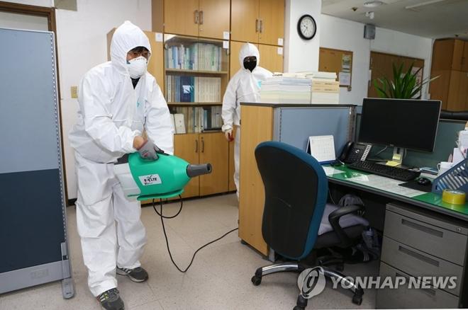 Dịch bệnh Covid-19 ở Hàn Quốc: Đường phố vắng lặng, một tiếng ho cũng gây lo ngại - ảnh 1
