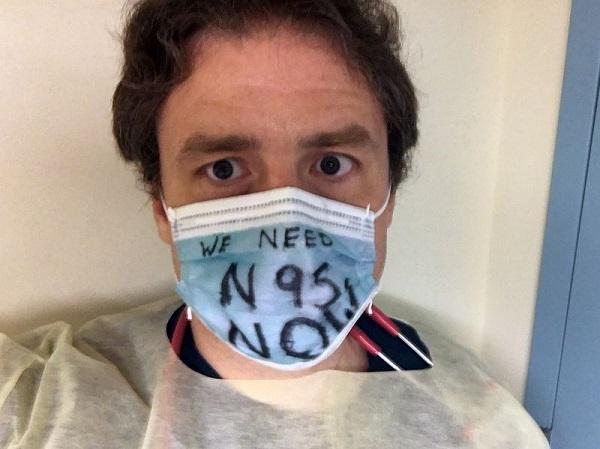 """Lặng người trước những bộ đồ """"bảo hộ"""" thiếu an toàn của các y bác sĩ tại New York giữa đại dịch Covid-19 - ảnh 1"""