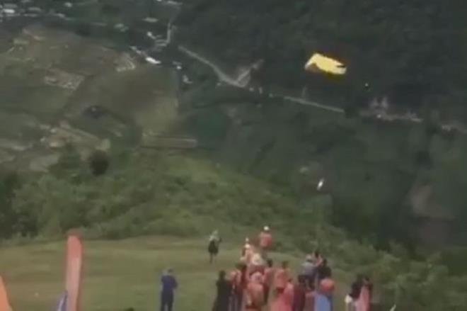 Chơi dù lượn ở Mù Cang Chải, phi công người Nga bất ngờ rơi xuống vực - ảnh 1