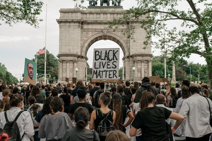 """Xúc động khoảnh khắc nam cảnh sát Mỹ ôm bé gái da màu giữa cuộc biểu tình: """"Chú ở đây để bảo vệ cháu"""" - ảnh 1"""