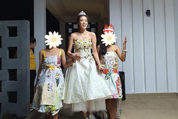 Hoa hậu Khánh Vân thực hiện lời hứa, tặng vương miện cho các bé OBV - ảnh 1