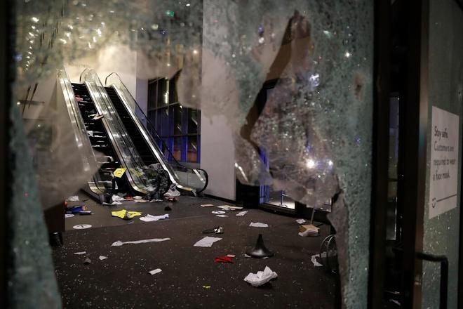 Hàng trăm người nổ súng vào cảnh sát, đập phá, hôi của tại các cửa hàng ở Chicago, Mỹ - ảnh 1