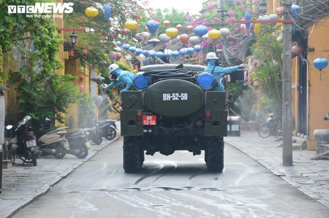 Huy động 6 xe chuyên dụng phun 220kg hóa chất khử trùng phố cổ Hội An - ảnh 1
